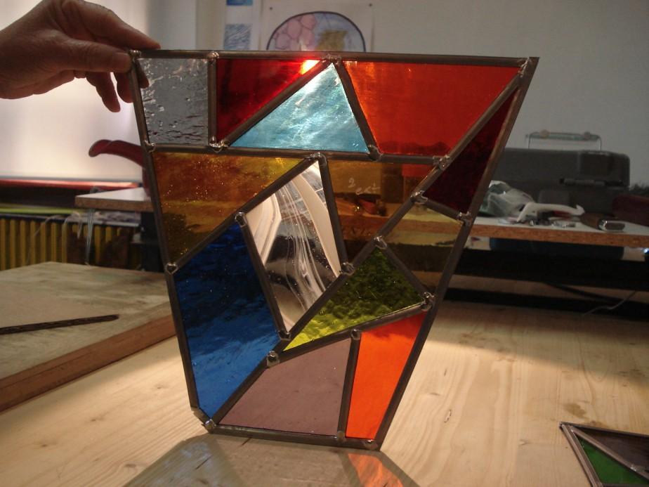 Découvrir le vitrail par les stages d'initiation au vitrail traditionnel (plomb) ou «Tiffany» (aucuivre)…